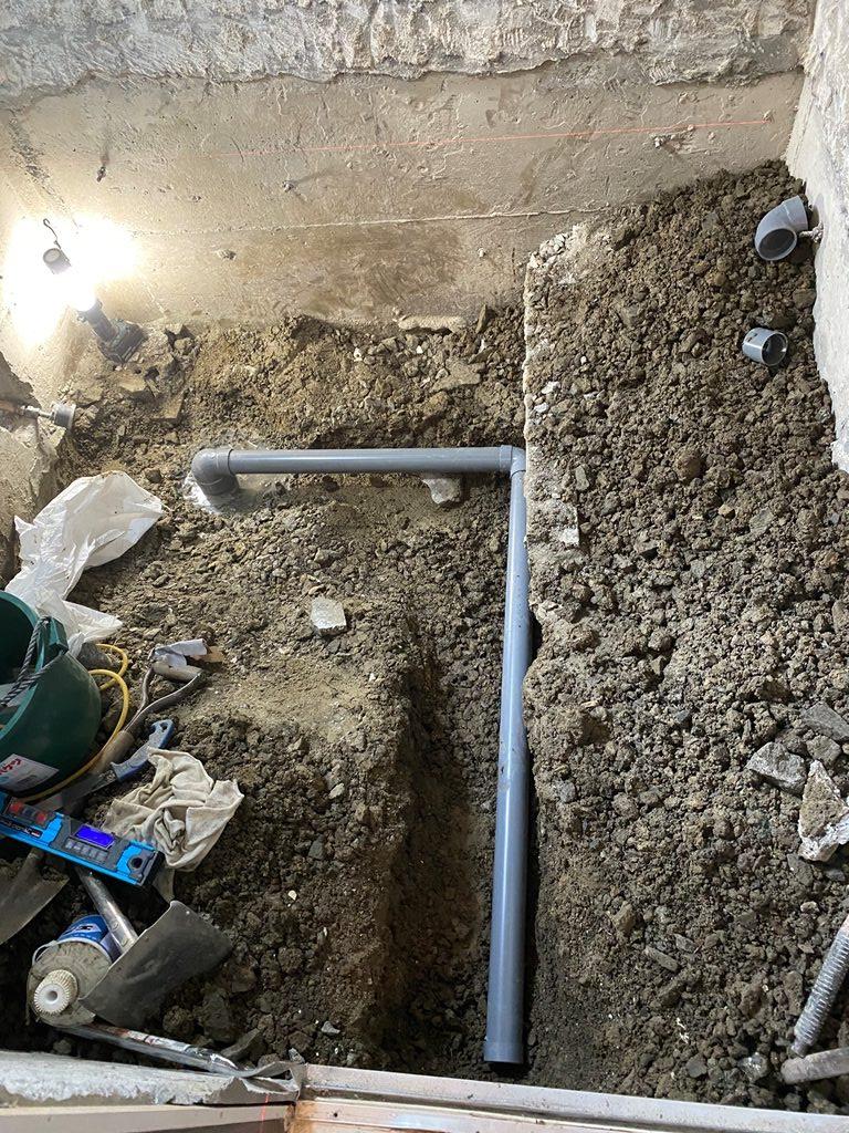 浴室排水配管移設の様子
