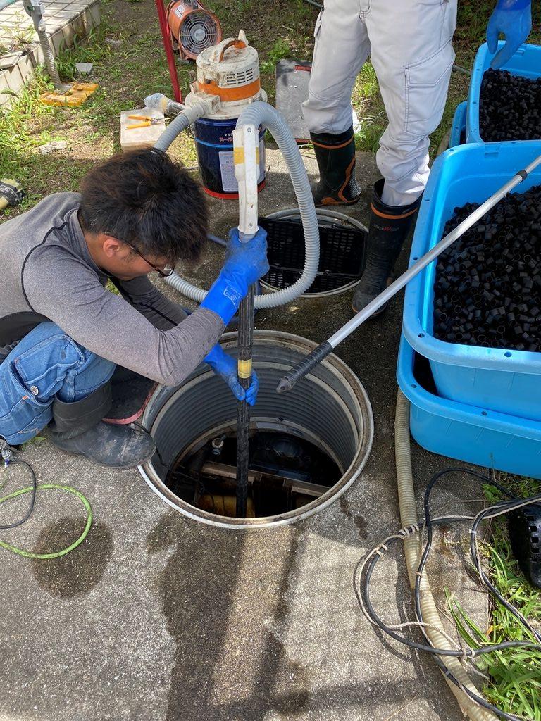 掃除機で濾材を吸い上げる