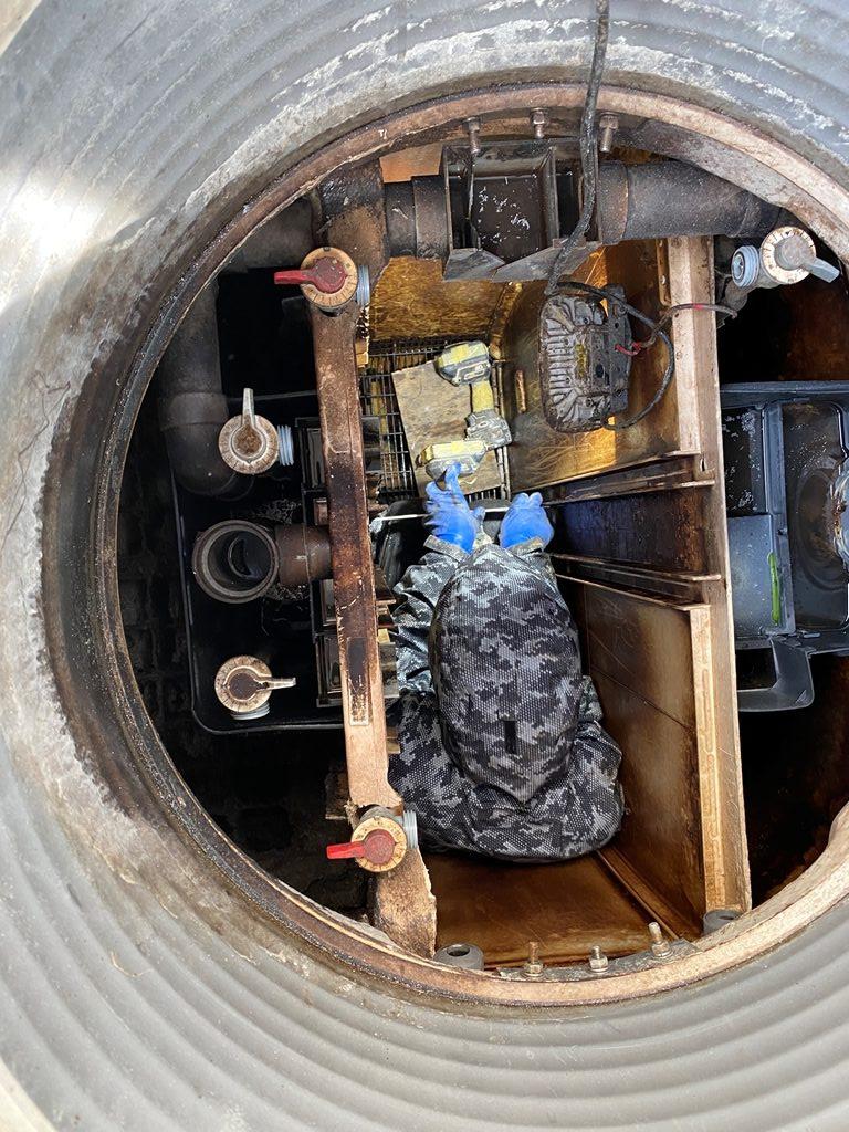 浄化槽の中で作業