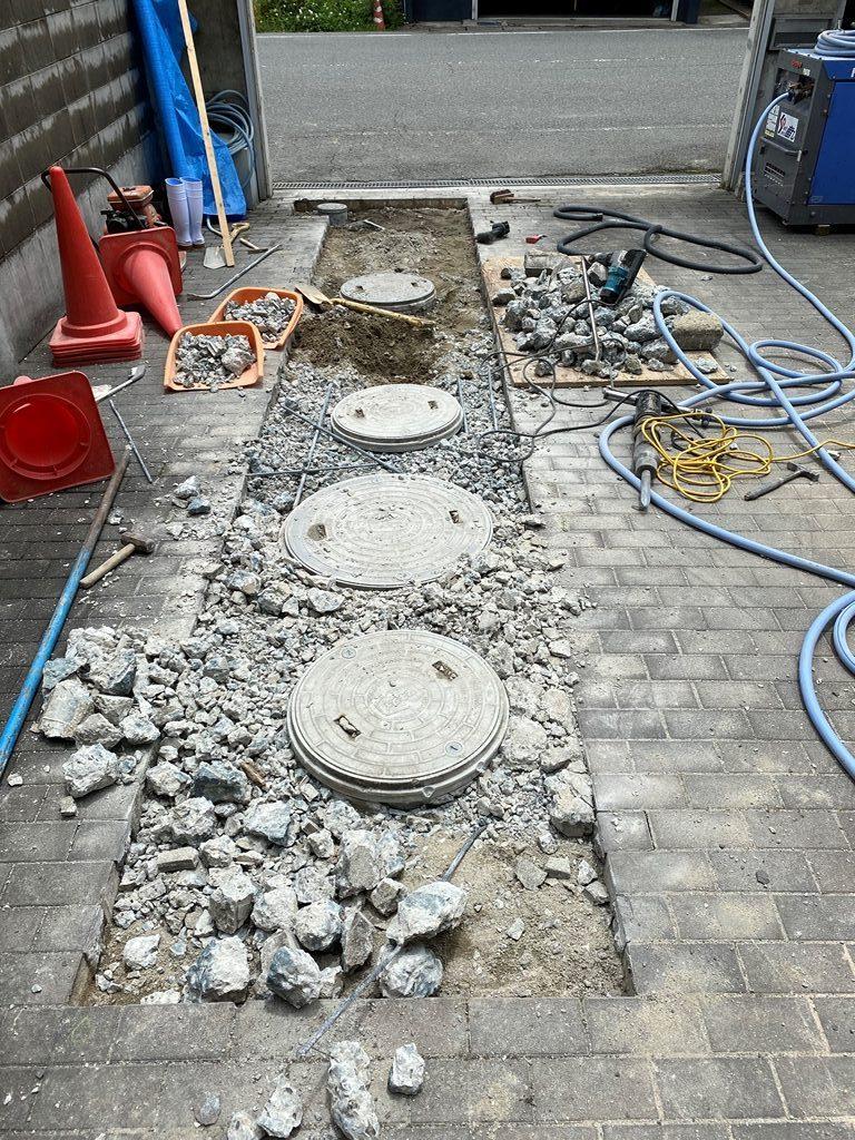公共下水接続工事コンクリート斫り工事状況