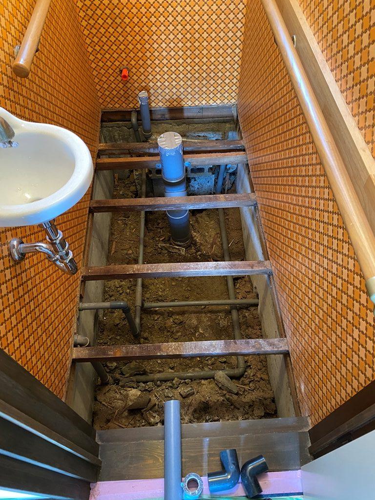トイレ解体及び配管状況写真