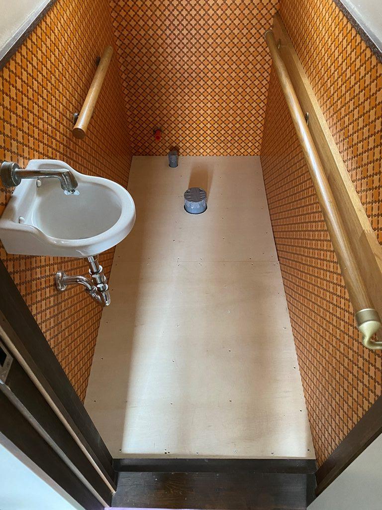 トイレ床板やり替え完了